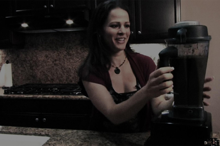 American Dietician Julieanna Hever makes a Green Smoothie